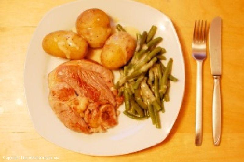Lammsteaks mit Pellkartoffeln und grünen Bohnen