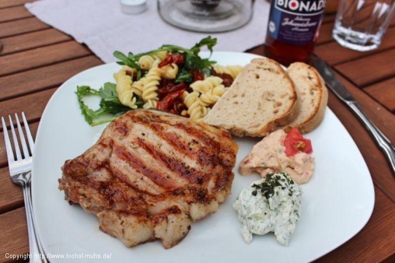 Kotelett vom Grill mit Nudelsalat, Dips und Baguette