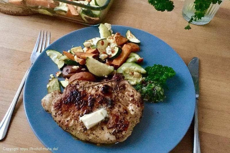Kotelett mit Ofengemüse und Kräuterpesto